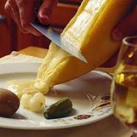 formaggio filante cola su sottaceti e patate lesse...una bomba.