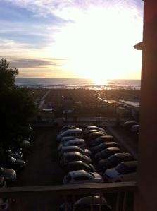 ecco il parcheggio dell'hotel e la vista del mare direttamente dalla nostra camera.